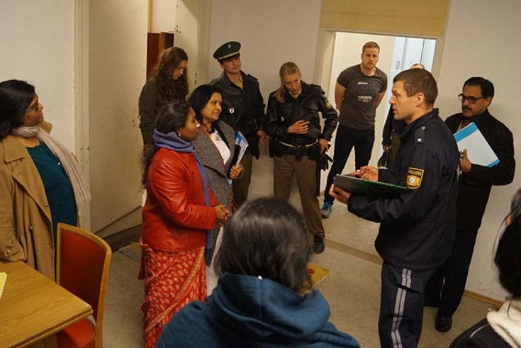 Indische Polizisten und NGO-Vertreter informieren sich über die praktische Grundausbildung in Bayern.