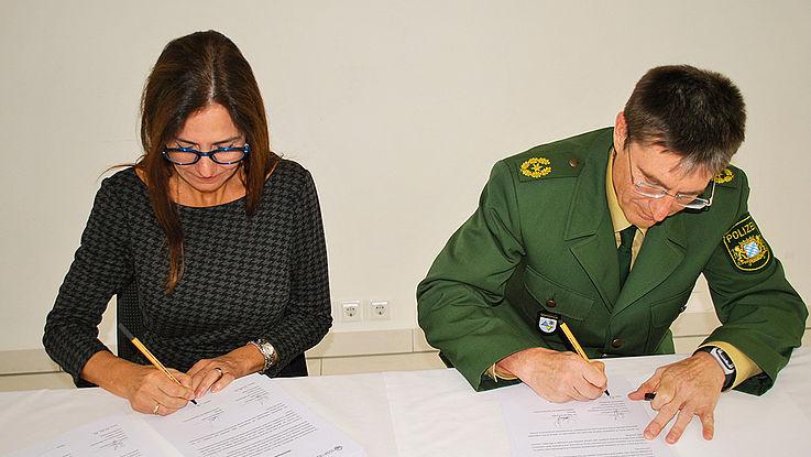 Dr. Marcela De Langhe (ISSP) und Ingbert Hoffmann (Hochschule für den öffentlichen Dienst in Bayern)