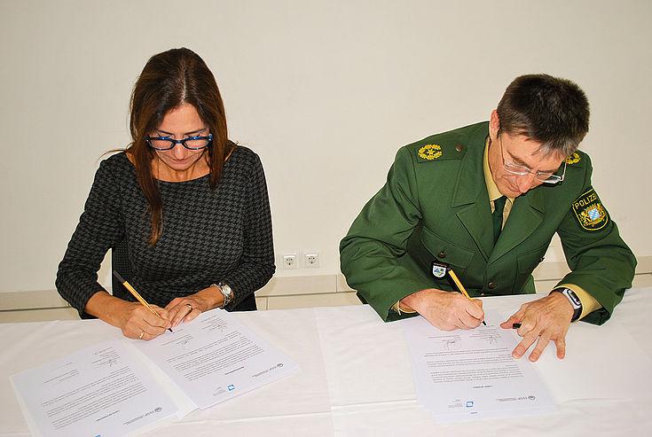Dr. Marcela De Langhe und Ingbert Hoffmann vertiefen die Zusammenarbeit