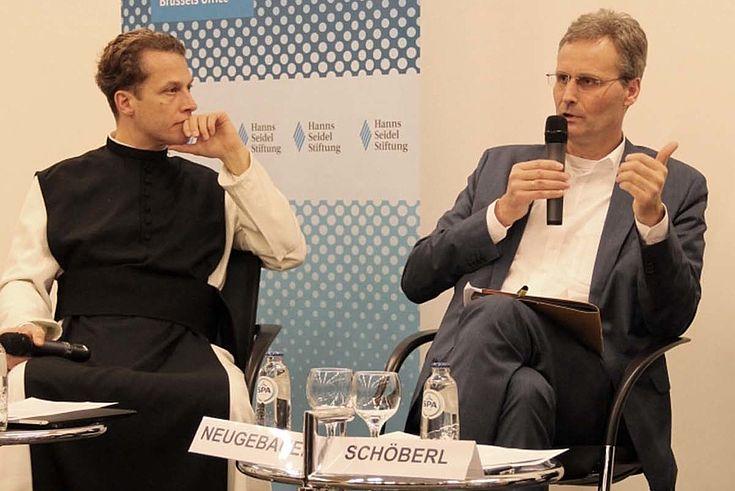 Pater Pech und Stephan Neugebauer nebeneinander auf dem Podium. Neugebauer hat das Mikro.