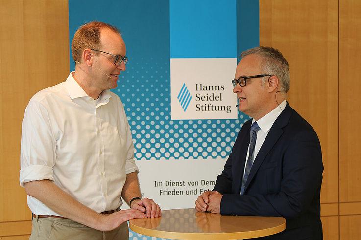 Dr. Rosenbusch im Gespräch mit Karl-Heinz Keil, Institut für politische Bildung, HSS