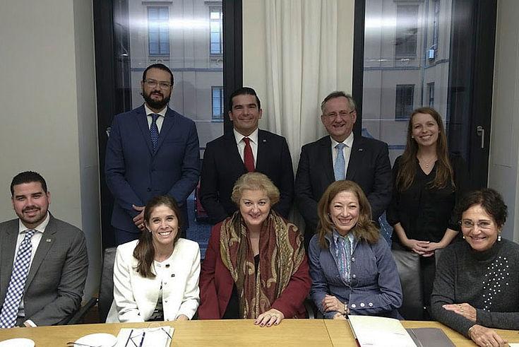 Im Bayerischen Landtag beantwortet Petra Guttenberger (MdL) die Fragen der lateinamerikanischen Besucher