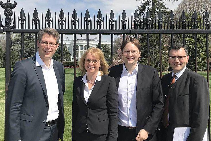 Klassisches Motiv vor dem Weißen Haus: Blume, Lindholz, Reichhart und Herrmann
