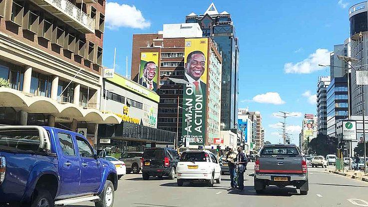 Straßenzug mit Wahlplakaten