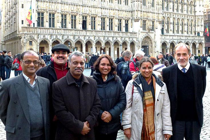 Die Gäste aus Südostasien befinden sich mit Mitarbeitern der HSS im Stadtzentrum von Brüssel