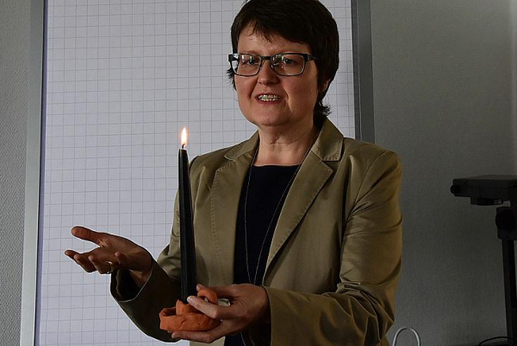 Dr. Inge Weid erläutert die Bedeutung der Wetterkerzen.