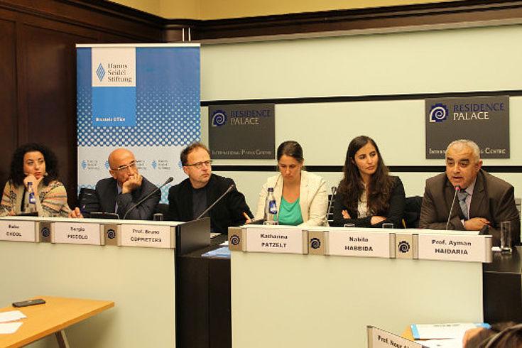 Frontalansicht eines Panels mit Ruba Ghool, Sergio Piccolo, Bruno Coppieters, Katharina Patzelt (HSS Brüssel), Nabila Habbida und Ayman Haidaria