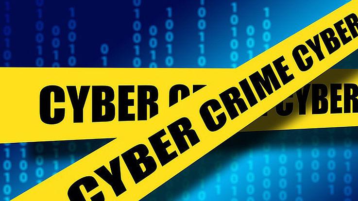 Cybercrime-Banner, die sich überkreuzen auf blauem Grund.