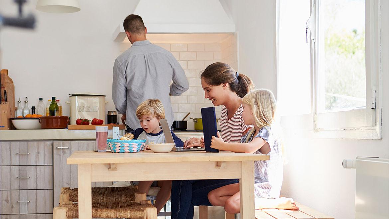 Mutter, Vater, Junge, Mädchen zusammen in der Küche