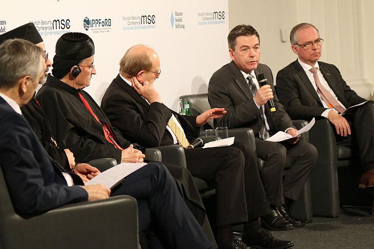 Die Panel-Teilnehmer hören dem kanadischen Abgeordneten und Gründungsmitglied des IPPForB, David Anderson zu, der dazu aufrief, auf die eigene Sprache zu achten.