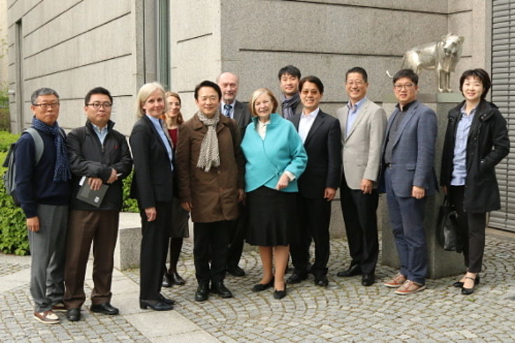 Teilnehmer der Delegation mit Ursula Münch, Kyung-Pil Nam und Ursula Männle (Mitte) befinden sich vor der Hanns-Seidel-Stiftung in München.