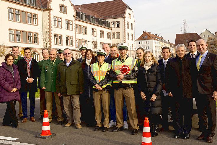 Bei der III. Bereitschaftspolizeiabteilung in Würzburg, Gruppenfoto nach der Simulation einer Verkehrskontrolle