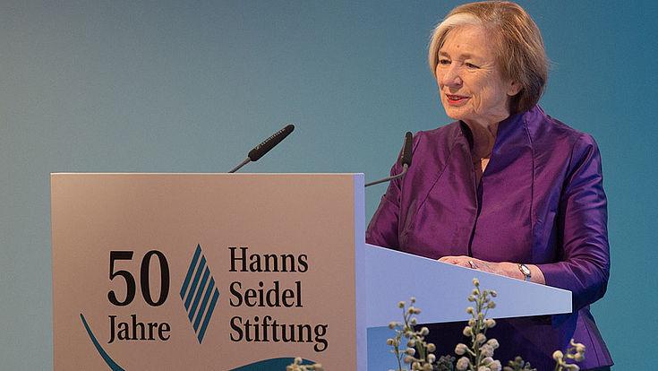 Stiftungsvorsitzende Prof. Ursula Männle begrüßt 450 geladene Gäste und viel Politprominenz