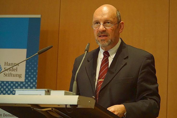 Begrüßte über 100 Tagungsteilnehmer: Reinhard Meier-Walser, Leiter der Akademie für Politik und Zeitgeschehen der HSS