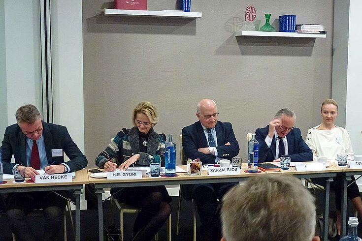 Für Ungarns Botschafterin in Spanien, Enyko Gyori, ist Patriotismus ein entscheidendes Element für die erfolgreiche Zusammenarbeit zwischen den Mitgliedstaaten. Die ungarische Diplomatin sprach sich dafür aus, politische Akteure nicht in Kategorien zu definieren, sondern an ihrem politischen Verantwortungsbewusstsein zu messen.