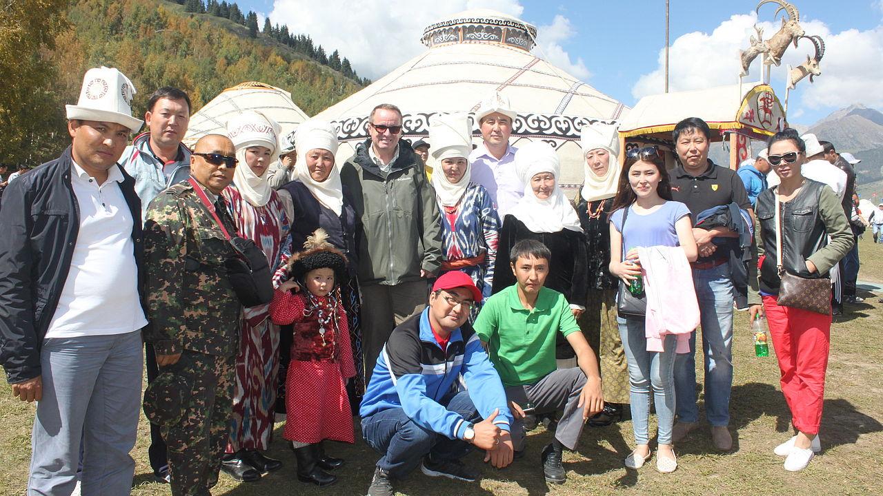 Stipendiaten der HSS und Auslandsmitarbeiter Dr. Max Meier vor einer hellen Wollfilz-Jurte