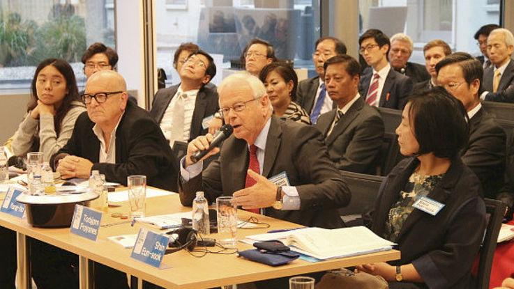 Botschafter Froysnes bei seinem Vortrag