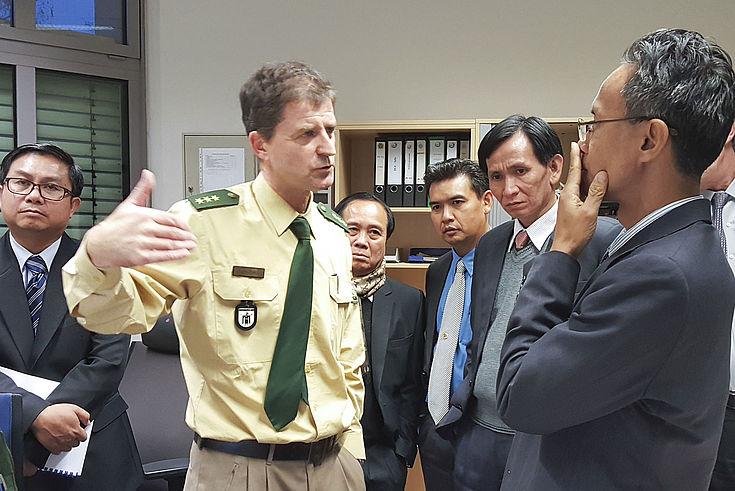 Die Besucher aus im Gespräch mit Polizeidirektor Peter Breitner in der Polizeiinspektion 13, München Schwabing