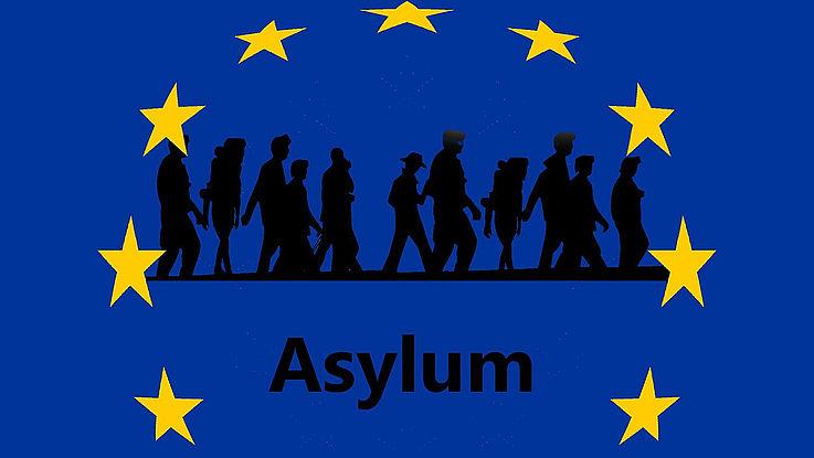 Die Flagge der Europäischen Union, innerhalb der europäischen Stern sind wandernde Menschen als schwarze Schatten dargestellt, darunter steht Asylum.