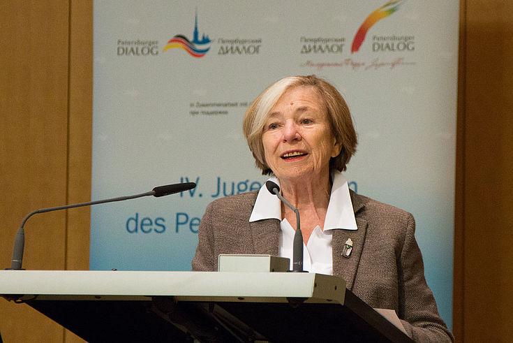 Ursula Männle begrüßt die Teilnehmer