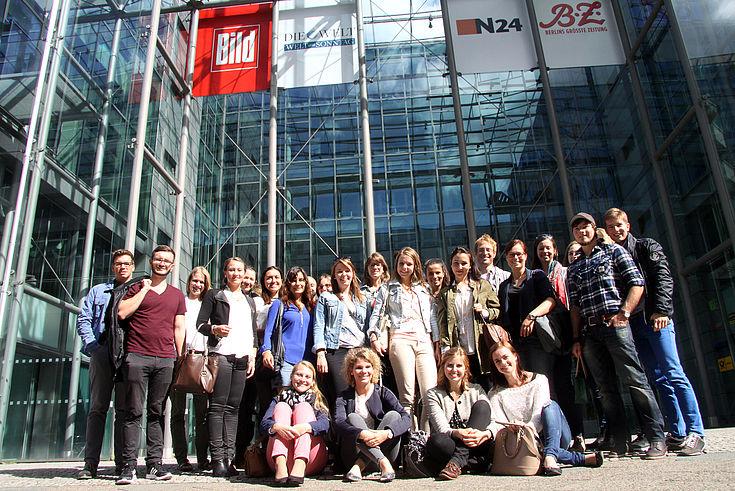 Stipendiatengruppe vor der Unternehmenszentrale der Axel Springer SE