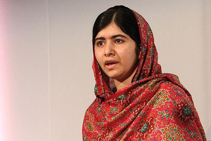 Malala Yousafzai spricht und schaut konzentirert.