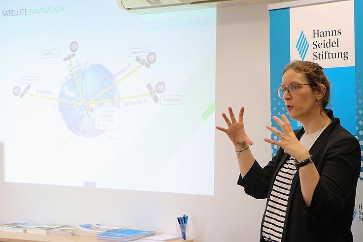 Ein sehr MINT-spezifisches Thema ist auch Galileo, das europäische Satellitensystem. Ab 2020 wird die volle Betriebsfähigkeit erreicht sein, erklärte Kristina Zamudio. Eine höhere Genauigkeit und Zuverlässigkeit für die Satellitenortung etwa in Navigationssystemen ist eines der Ziele des Projekts. Für das EU-Weltraumprogramm werden zwischen 2021 und 2027 rund 16 Milliarden Euro investiert.