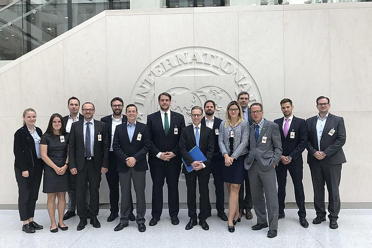 Beim Internationalen Währungsfonds (IWF) mit dem deutschen Exekutiv-Direktor beim IWF Klaus Merk (Mitte, blaue Mappe)