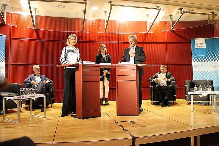 Angelika Niebler und Jo Leinen in der rhetorischen Auseinandersetzung an Stehpulten
