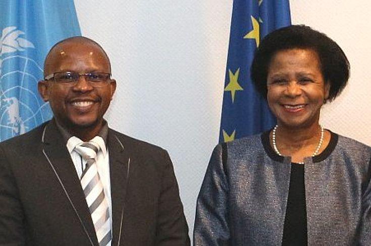 Generalsekretär Sello Hatang und Mitglied des Vorstands, Dr. Mamphela Ramphele, von der Nelson Mandela Stiftung zeigen sich lächelnd