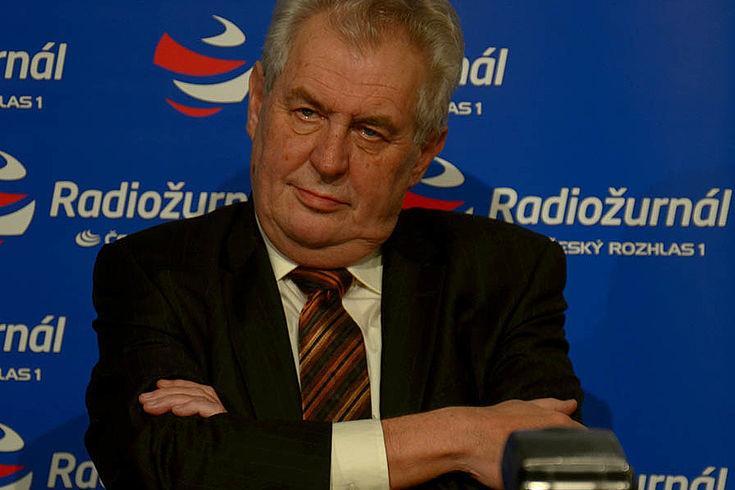 Milos Zeman, älterer Herr mit demonstrativ gekreuzten Armen auf einer Wahlkampfveranstaltung