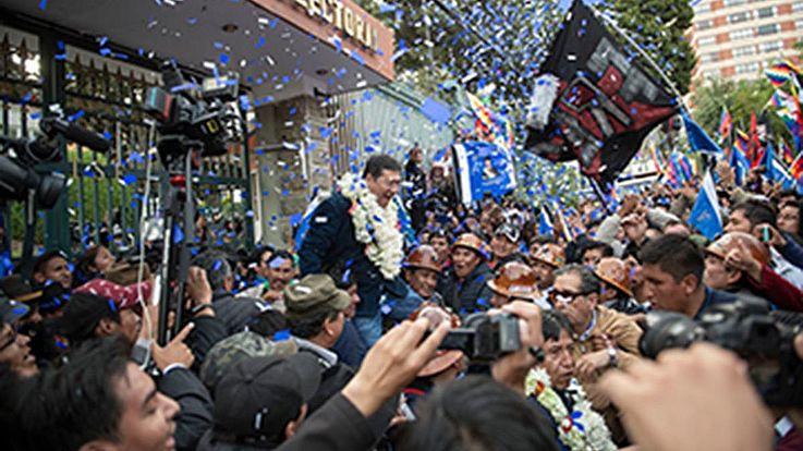Schon kurz nach der Wahl wird Luís Arce von seinen Anhängern als Wahlsieger gefeiert.