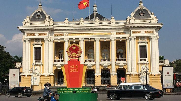 Auch vor dem Opernhaus, einem Wahrzeichen von Hanoi, wird auf den Tag der Wahlen hingewiesen.