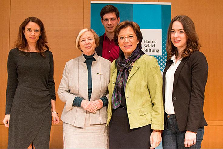 Isabel Küfer, Ursula Männle und Emilia Müller mit Stipendiaten des Journalistischen Förderprogramms