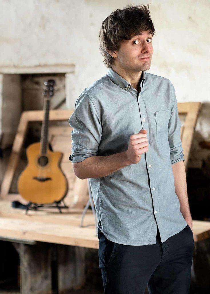"""Lennart Schilgen spielt mal auf dem Klavier, mal auf der Gitarre seinen """"Wahnsinn zum Wohlfühlen"""" und erzählt """"Geschichten, wie sie das Leben gerne geschrieben hätte""""."""