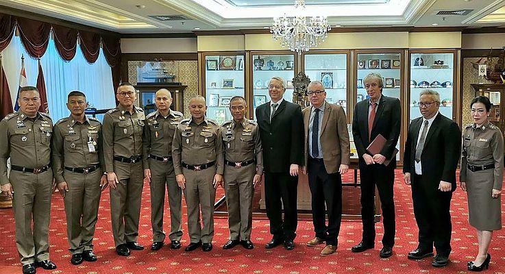 Prof. Dr. Wilhelm Schmidbauer und Wolfgang Sommer mit Manoo Mekmok, Deputy Commissioner General der Royal Thai Police (6.v.r.) und Vertretern der Polizeiakademie und des Education Bureau