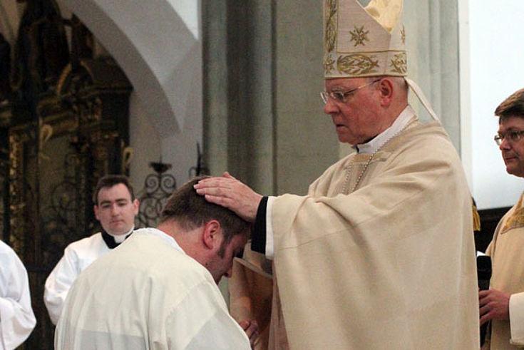 Bernd Rochna empfängt von Bischof Konrad Zdarsa die Weihe zum Diakon.