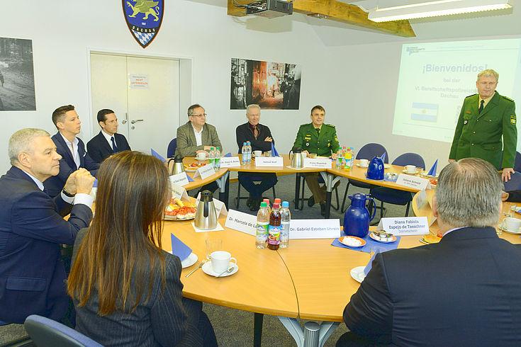 Die Delegation aus Argentinien besucht die VI. Bereitschaftspolizeiabteilung in Dachau