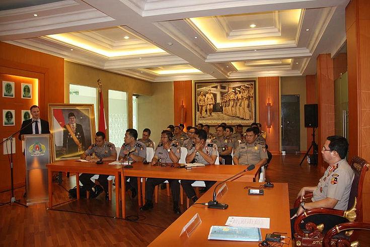 Eröffnungsrede in Jakarta von Daniel Heilmann (HSS): Schwerpunkte sind Polizeialltag, Polzeikultur und Organisation von Polizeistationen.
