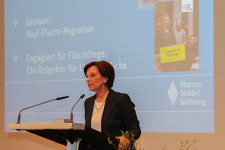 """Sozialministerin Emilia Müller: """"Ohne die vielen Ehrenamtlichen hätten wir den enormen Zugang von Asylbewerbern nicht in der Form meistern können..."""""""