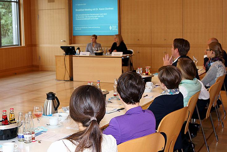 Teilnehmer/innen des Breakfast Meetings der Akademie für Politik und Zeitgeschehen