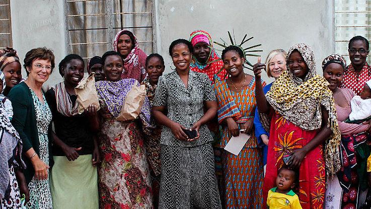 Emilia Müller und Ursula Männle bei einem Frauensparprojekt auf Sansibar