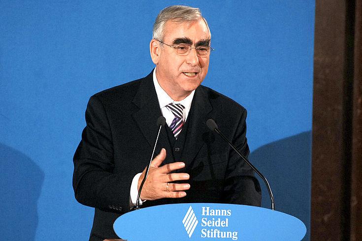 Dr. Theo Waigel hält seine Laudatio während der Veranstaltung zur Verleihung des FJS-Preises 2005 an Dr. Helmut Kohl.