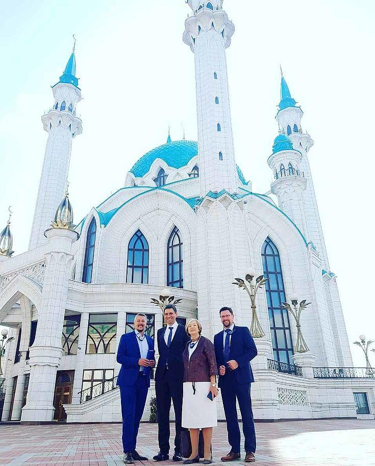 Die deutsche Delegation vor der Kul-Scharif-Moschee im Kasaner Kreml, der zum Weltkulturerbe der UNESCO zählt.