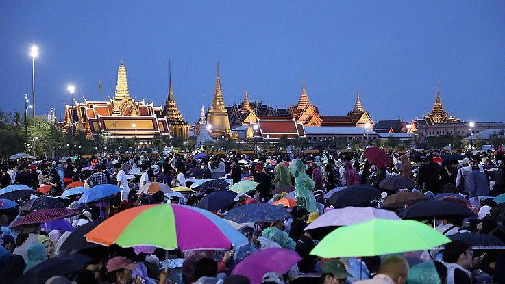 Vor dem Königspalast in Bangkok versammeln sich Demonstranten