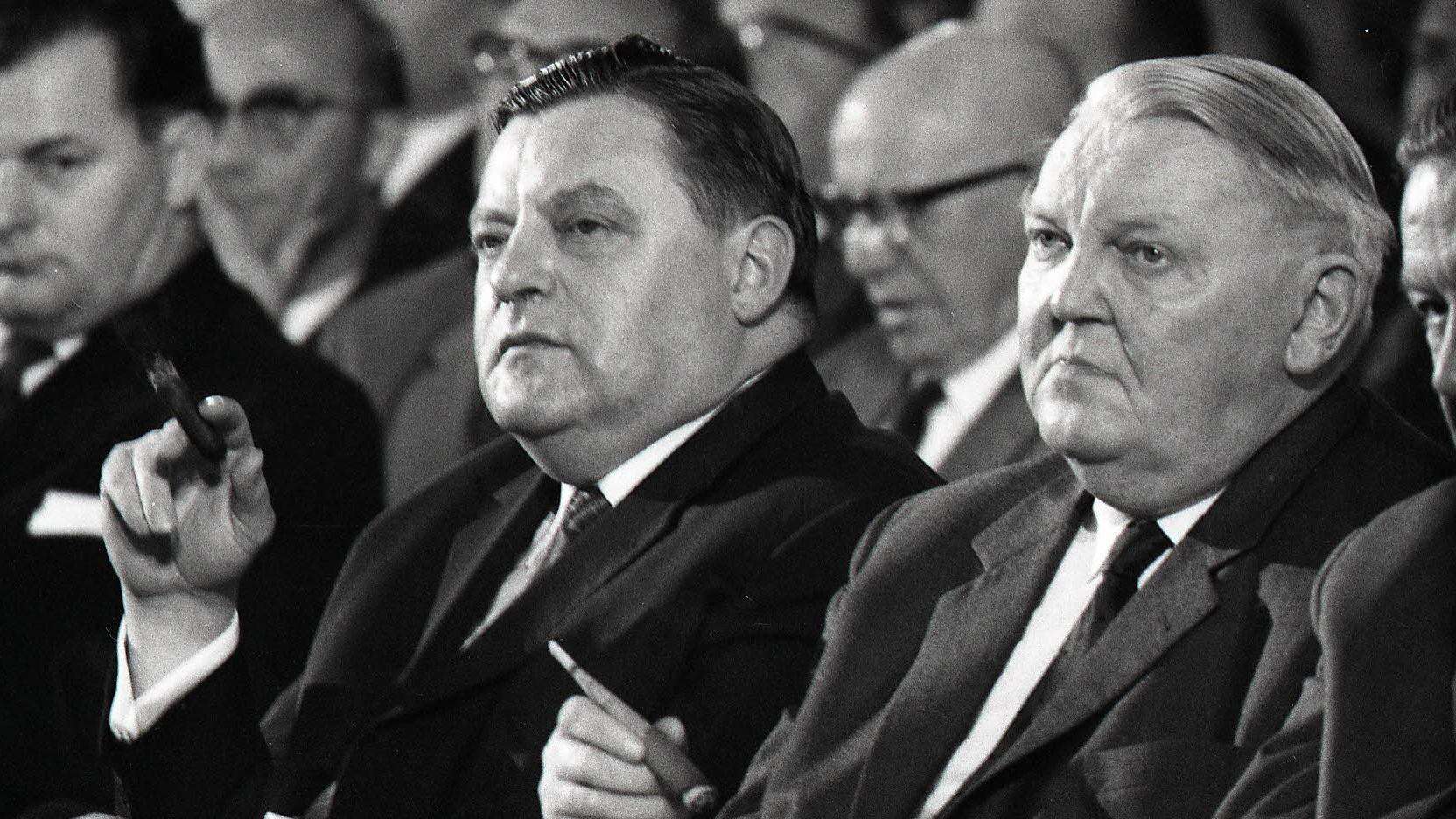 Franz Josef Strauß und Ludwig Erhard auf dem CSU-Parteitag 1964 in München