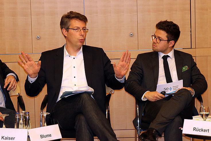 Markus Blume macht eine abwehrende Geste mit beiden Händen.