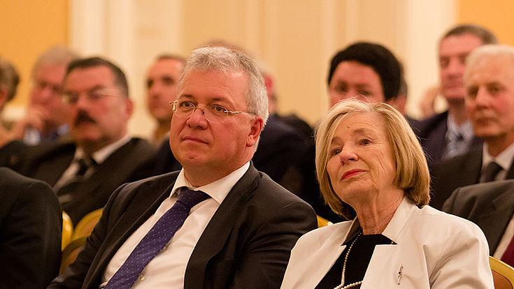 Ursula Männle und Markus Ferber sitzen nebeneinander im Publikum und hören einen Redebeitrag.