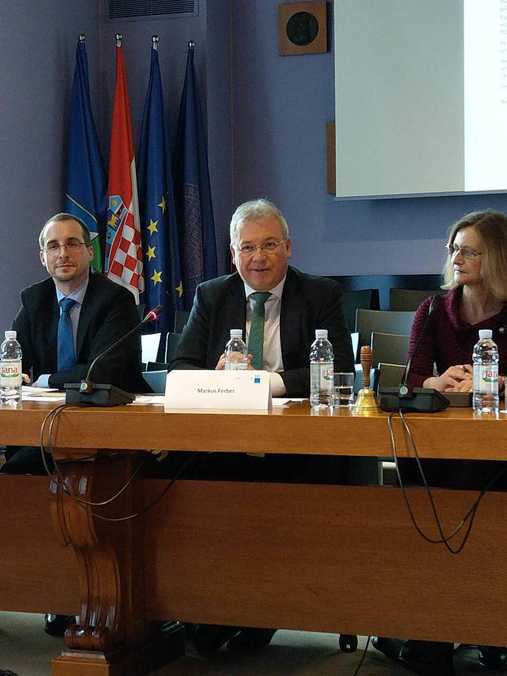 Markus Ferber (Mitte), der erste stellvertretende Vorsitzende im Ausschuss für Wirtschaft und Währung des Europäischen Parlaments, äußerte sich über Fragen zur Banken- und Währungsunion.