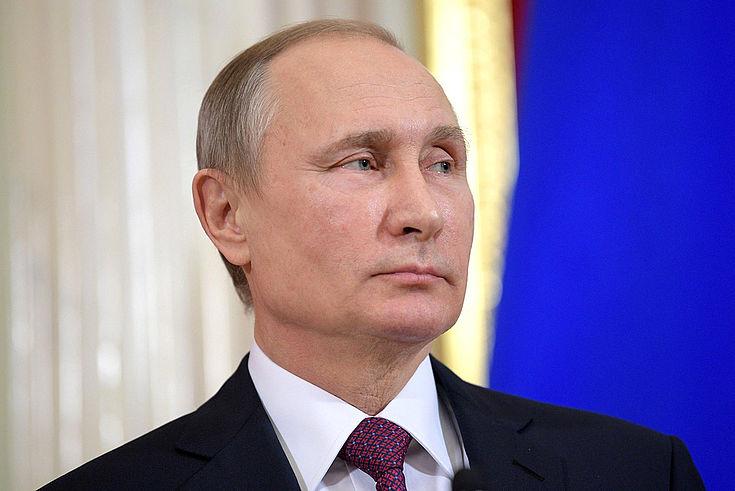 Vladimir Putin blickt, wie üblich, kühl in die Weite.